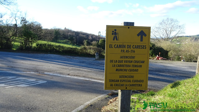 Cartel advertencia cruce de carretera en Camín de Careses