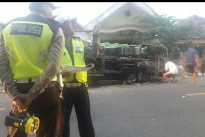Kecelakaan mobil vs truck Desa Karduluk Kec. Pragaan Kab. Sumenep