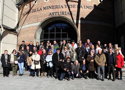 Foto de grupo frente a la entrada del MUMI