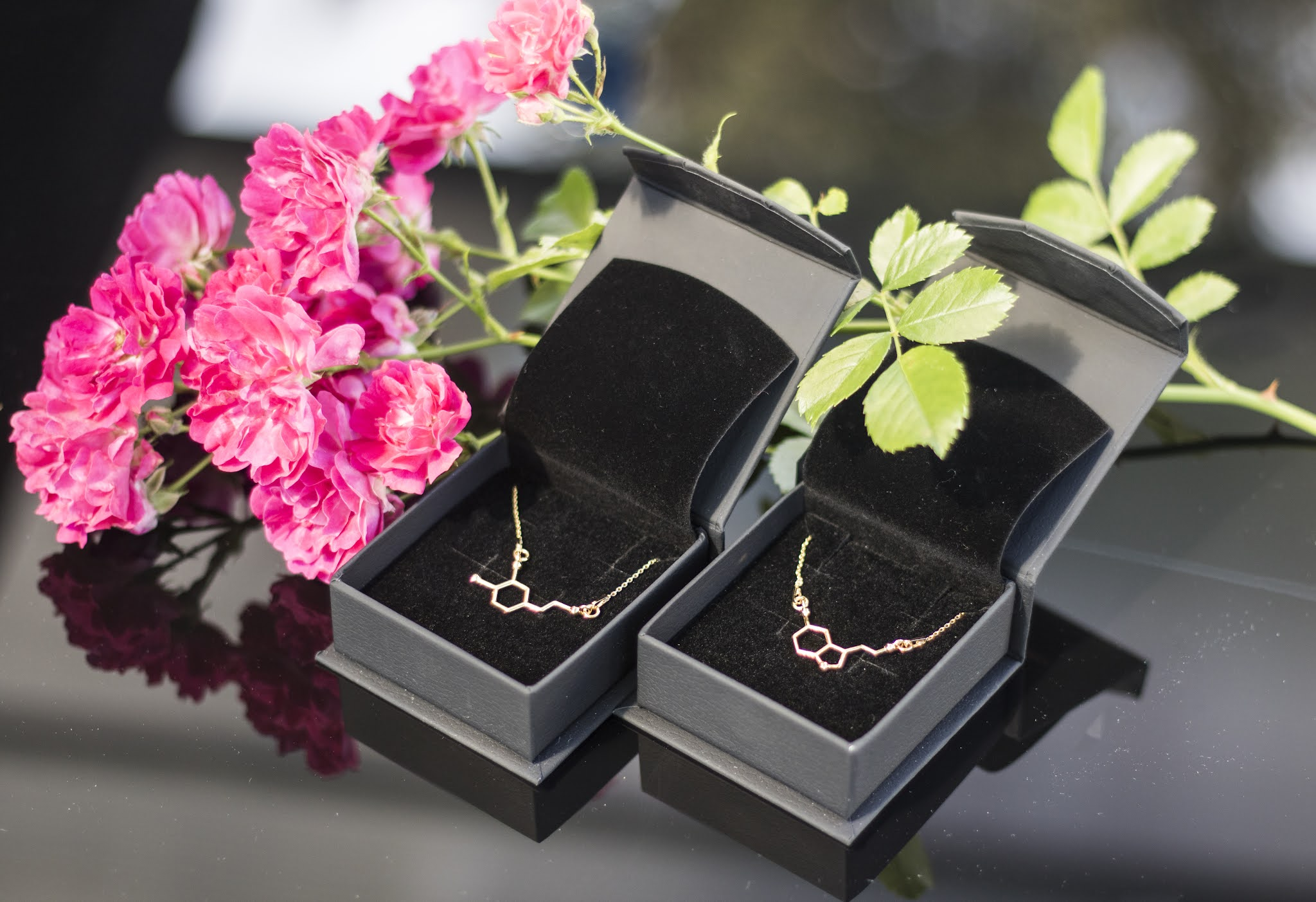 Niebanalna biżuteria molekularna - feliĉa molekulo