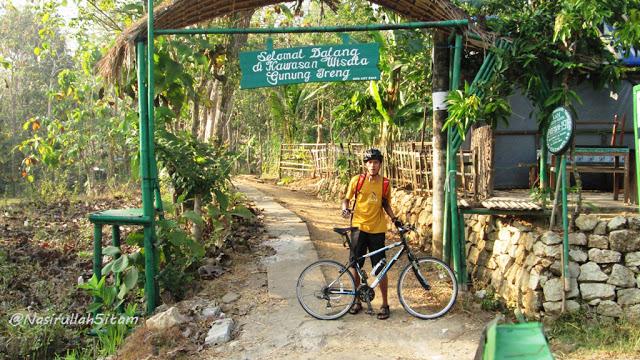Plang dan pintu gerbang menuju Gunung Ireng Patuk