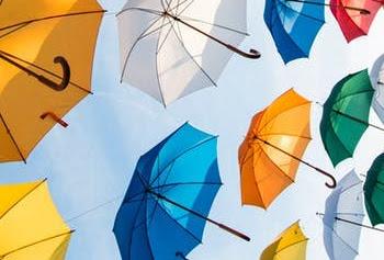 青空に沢山の傘が舞う