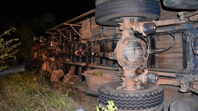 Caminhão de boi capota e mata motorista e animais