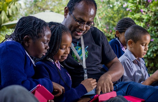 عالم أفريقي يدرس الطلاب