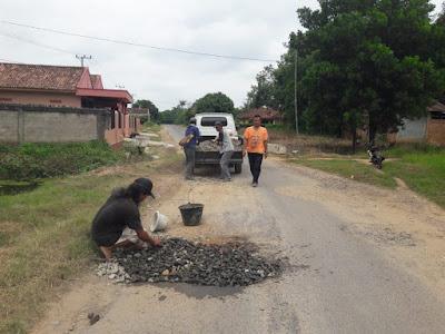 Warga Jagang Gotong Royong Perbaikan Jalan Berlubang