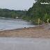 Μινεσότα των ΗΠΑ βίντεο δείχνει δυο άνδρες να βγάζουν από μια λίμνη μια γοργόνα.
