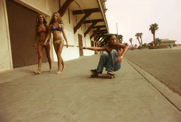 """Sidewalk surfer"" - foto por Hugh Holland - Huntington Beach, 1976 