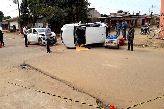 Acidente com capotamento envolvendo três veículos deixa entregador de água ferido