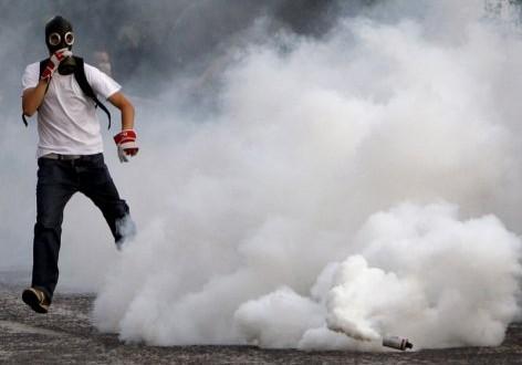 الغازات المسيلة للدموع و كيفية الوقاية منها