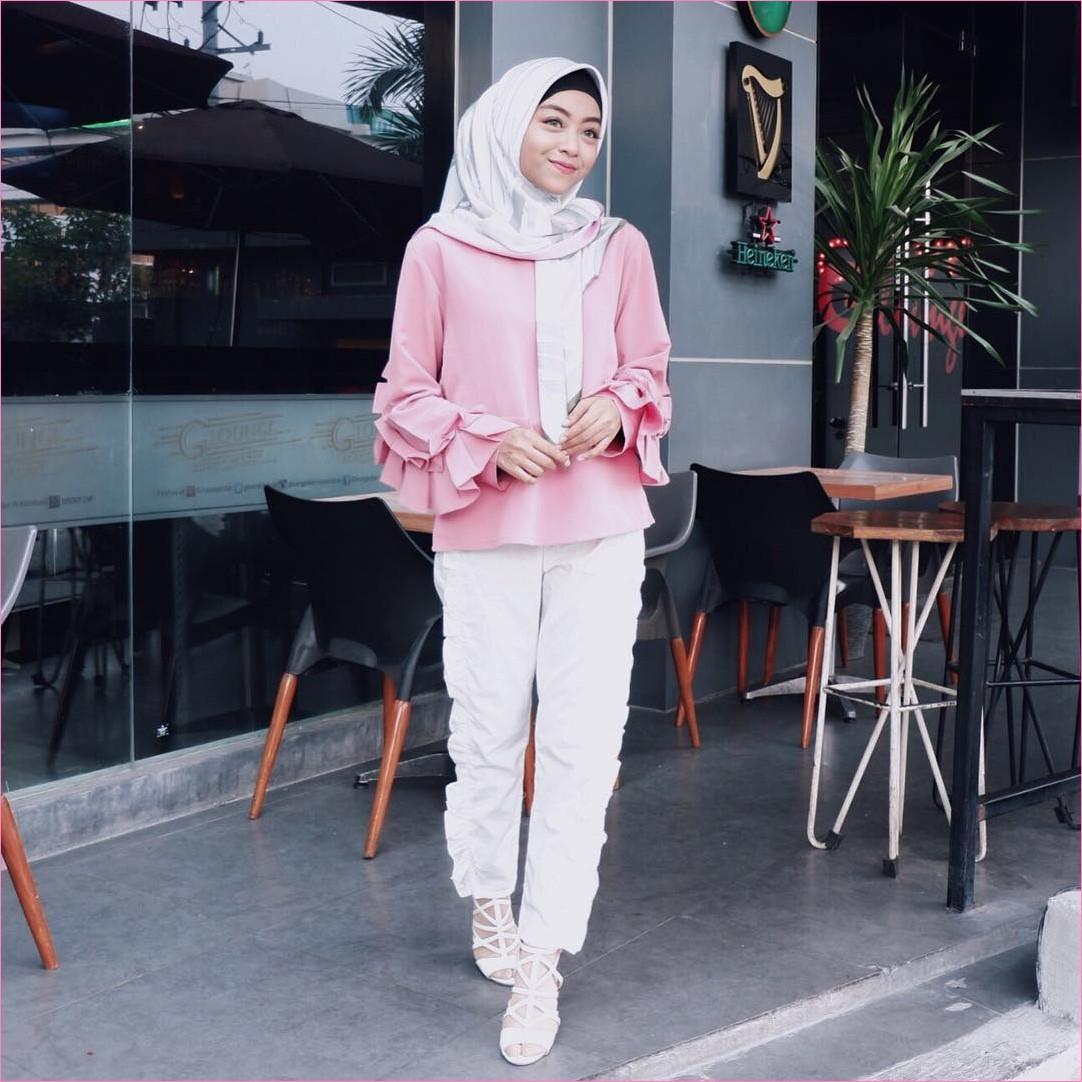 Outfit Baju Top  Blouse Untuk Hijabers Ala Selebgram 2018 blouse lengan terompet polos baby pink celana bahan putih wedges high heels sepatu cleopatra segiempat hijab square satin bermotif ciput rajut ootd trendy gaya casual