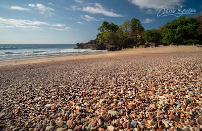 pantai nawen batu berwarna