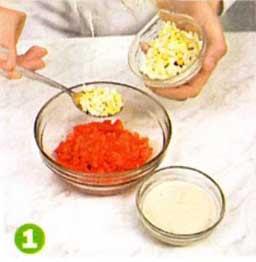 В мисочке смешать лососевый фарш с рубленным  яйцом, сметаной, посолить, поперчить и хорошо    перемешать.