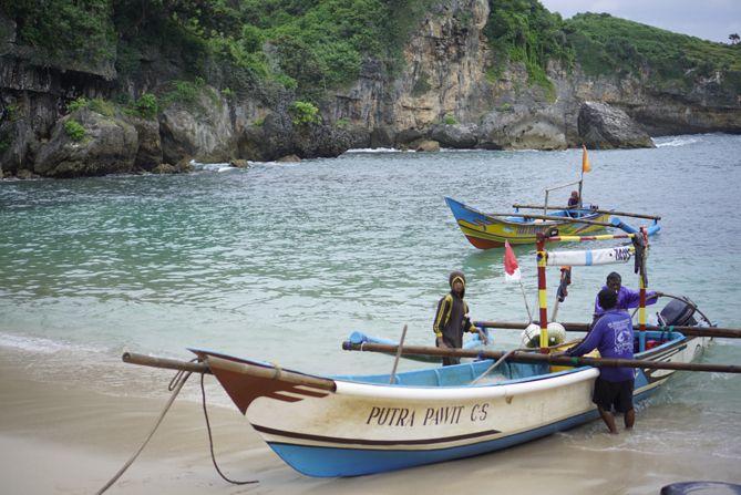 Proses menarik kapal nelayan ke daratan