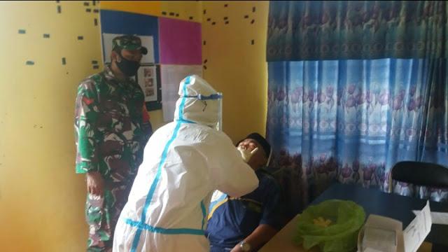 Cegah Penyebaran Corona, Babinsa Posramil 05/PC Dampingi Tim Kesehatan Puskesmas Lakukan Swab Test