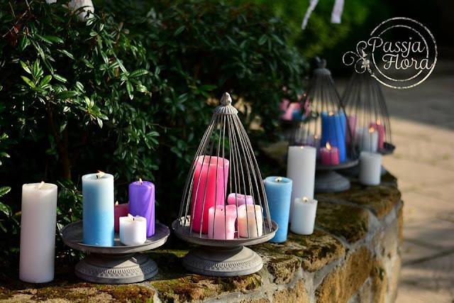 Kolorowe świece jako dekoracje ślubu i wesela.