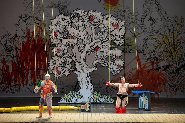 Mozart: Die Zauberflöte - Florian Teichtmeister (Papageno) und Julian Prégardien (Tamino) - Staatsoper Berlin (Photo Monika Rittershaus)