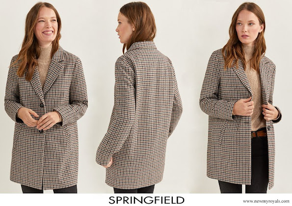 Crown Princess Leonor wore Springfield Essential Checked Coat