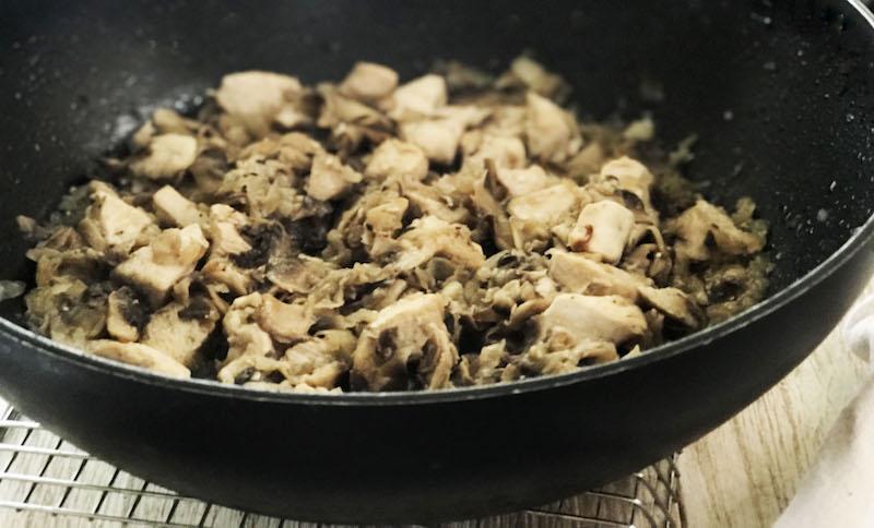 Salteado de pollo con champiñones en Wok