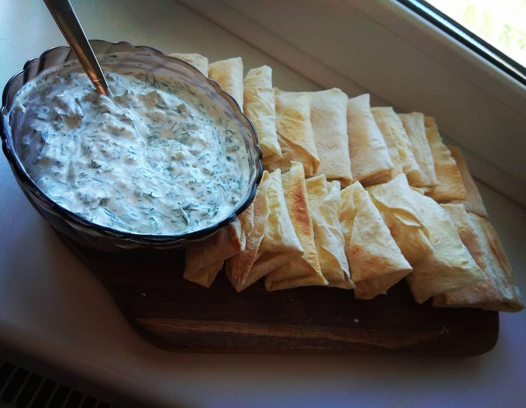 Быстрый и простой перекус: брынза в лаваше, нереально вкусная!