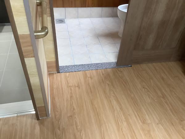 住宅の床と壁にSPCフローリングとLVTフローリングを施工