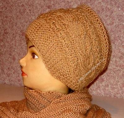 Красивая шапочка связанная на спицах.
