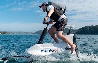 Le vélo électrique hydrofoil Manta5 reproduit l'expérience cycliste sur l'eau