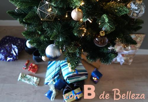 Regalos Reyes Magos presentación bajo árbol Navidad