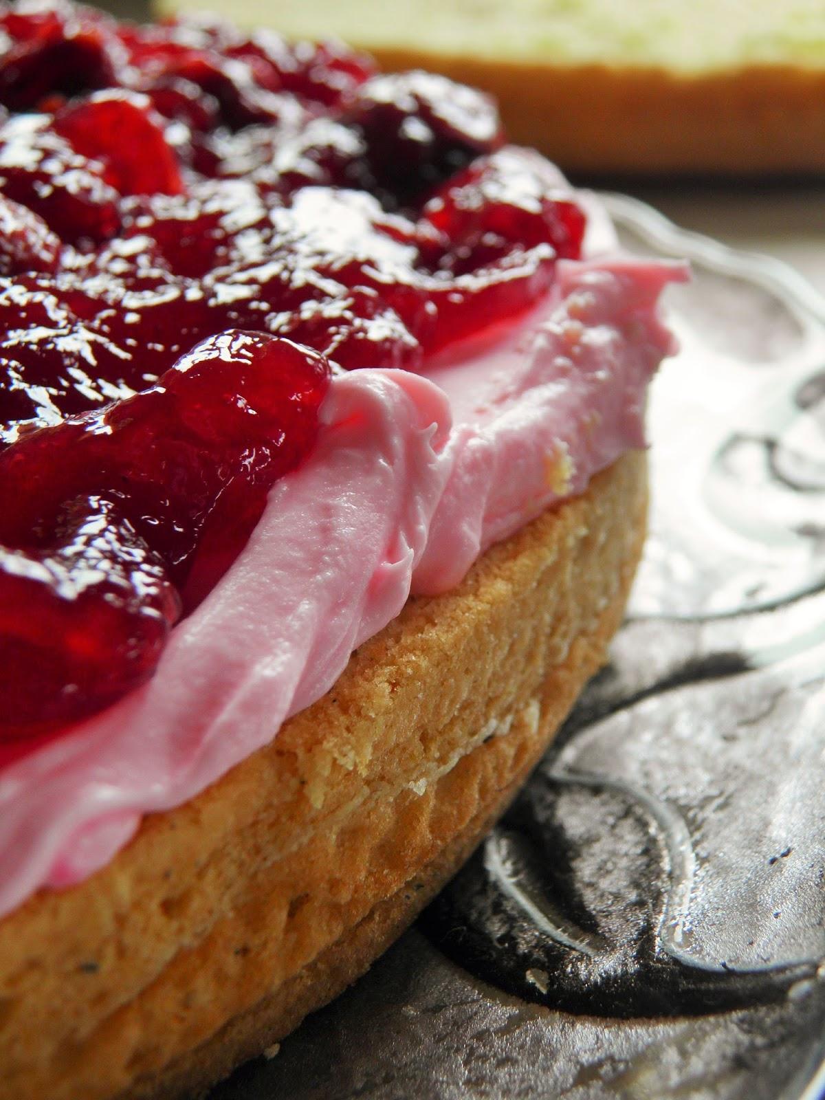ciasto przekładane kremem i dżemem
