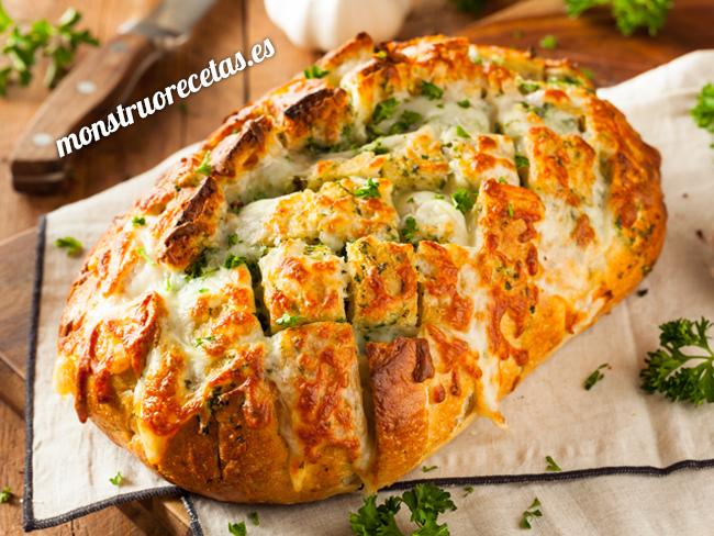 Pan relleno de queso con ajo y perejil