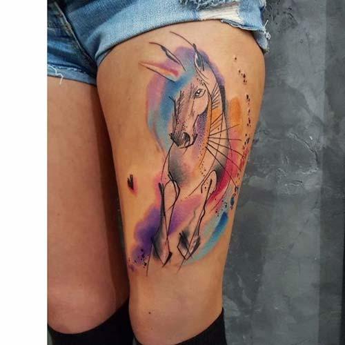 kadın üst bacak renkli at dövmesi woman thigh watercolor horse tattoo