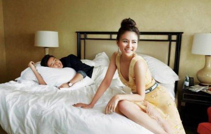 Sampel Posting Foto - Pasangan Muda Sedang Bercanda