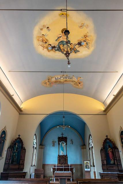 Capela Nossa Senhora da Glória - o interior - vista do altar e teto