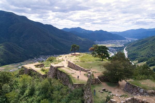 ปราสาททาเคดะ (Takeda Castle: 竹田城跡)