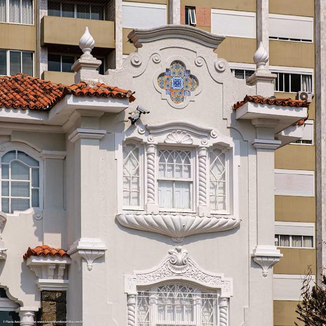 Casarão na Visconde de Guarapuava que é Unidade de Interesse de Preservação - detalhes da decoração
