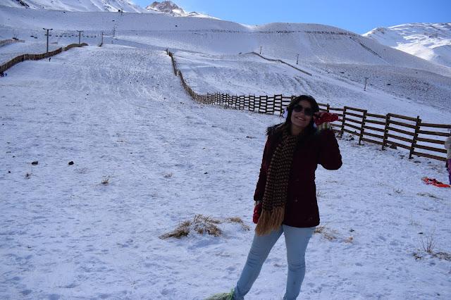 mulher de casaco vermelho na neve
