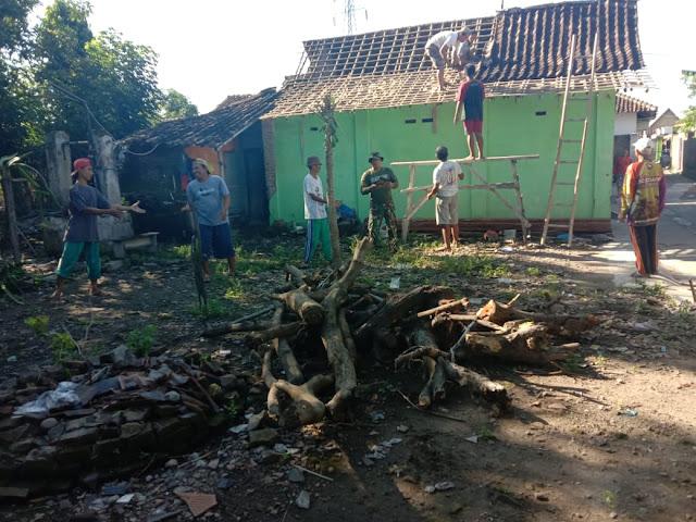 Babinsa Bantu perehapan Rumah Tidak Layak Huni (RTLH) di Desa binaanya