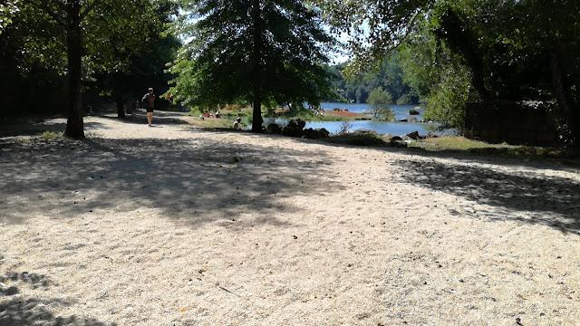 Areal da Praia Fluvial de Navarra com sombra