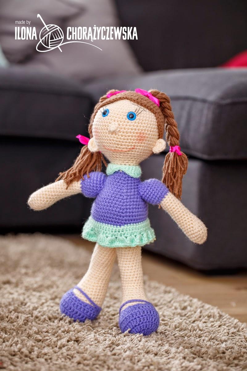 lalka z warkoczykami w spódniczce