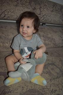 ребёнок с интерактивной игрушкой