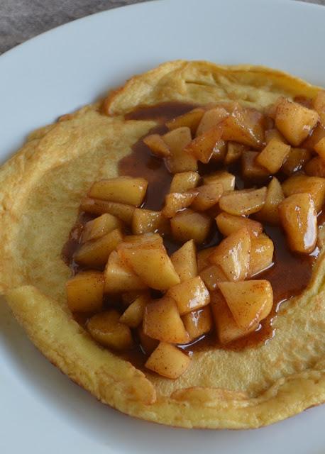 luchtige pannenkoek met gekaramelliseerde stukjes appel