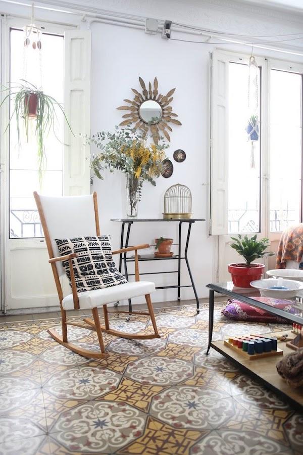 salón de estilo ecléctivo con muebles restaurados