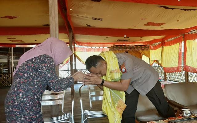 Silaturahmi Ke Lembaga Adat Makkole Baebunta, Kapolres Luwu Utara Dikalungi Sarung Sutera Emas