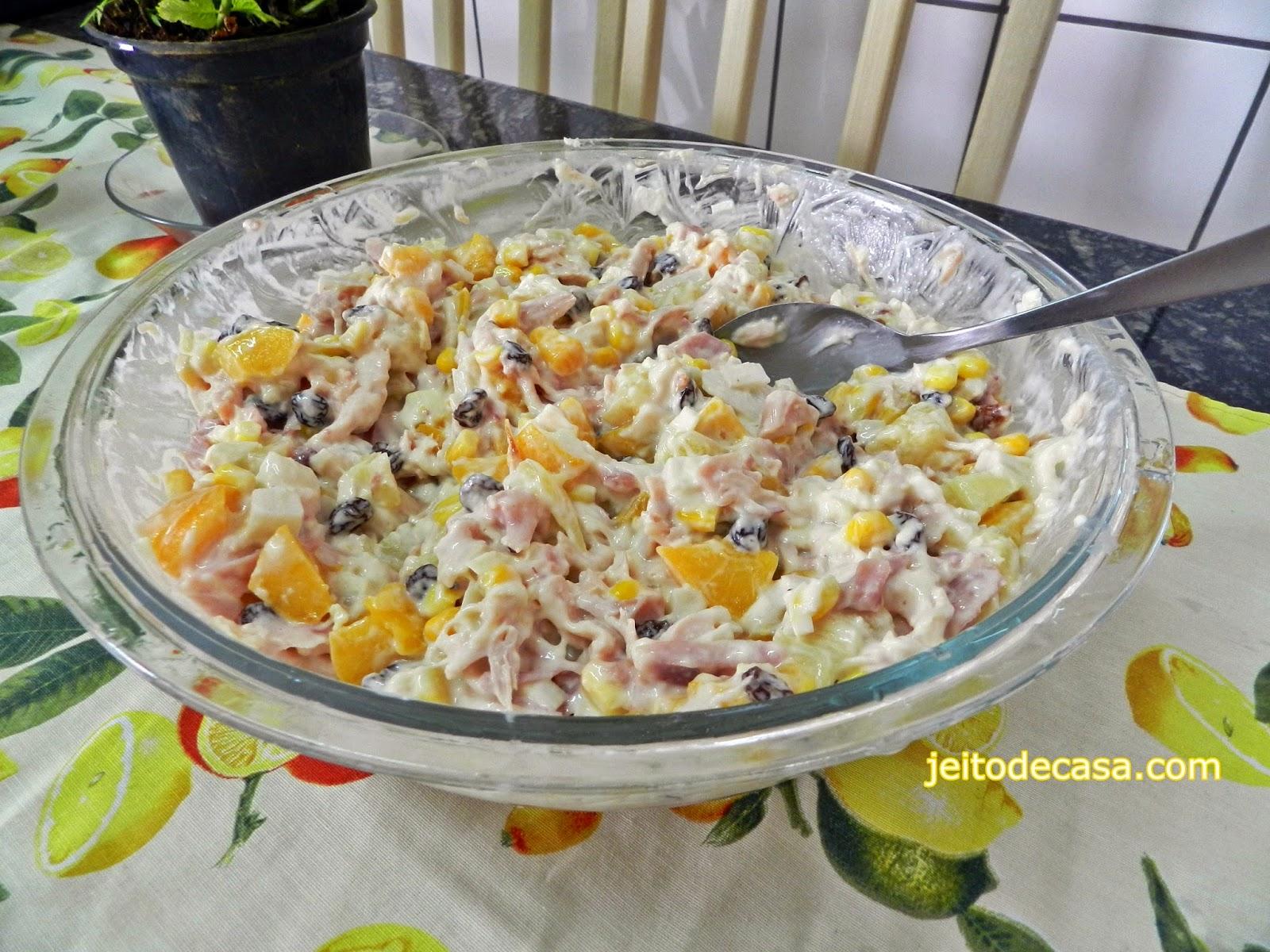receita de salada tropical com frando defumado.
