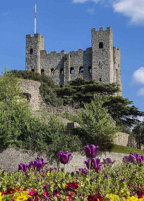 Castelo de Rochester. O nobre era um pequeno rei em miniatura, mas muito perto dos pequenos, conhecendo-os e protegendo-os.