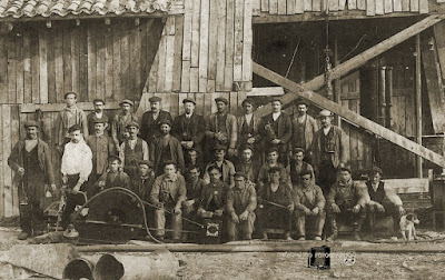 construcción del pozo Calero (1911/1912). El hombre con camisa blanca tiene un martillo neumático