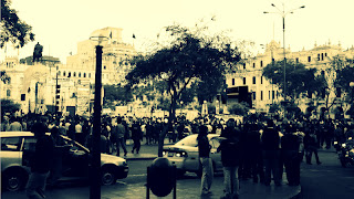 Multidão na Plaza San Martín, em Lima...