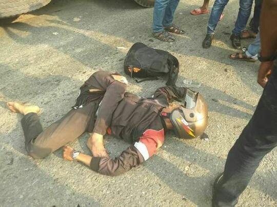 Warga menyaksikan korban lakalantas yang terkapar di badan jalan.