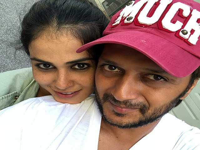 Birthday of Riteish, Wife Genelia gave some Love to her Husband