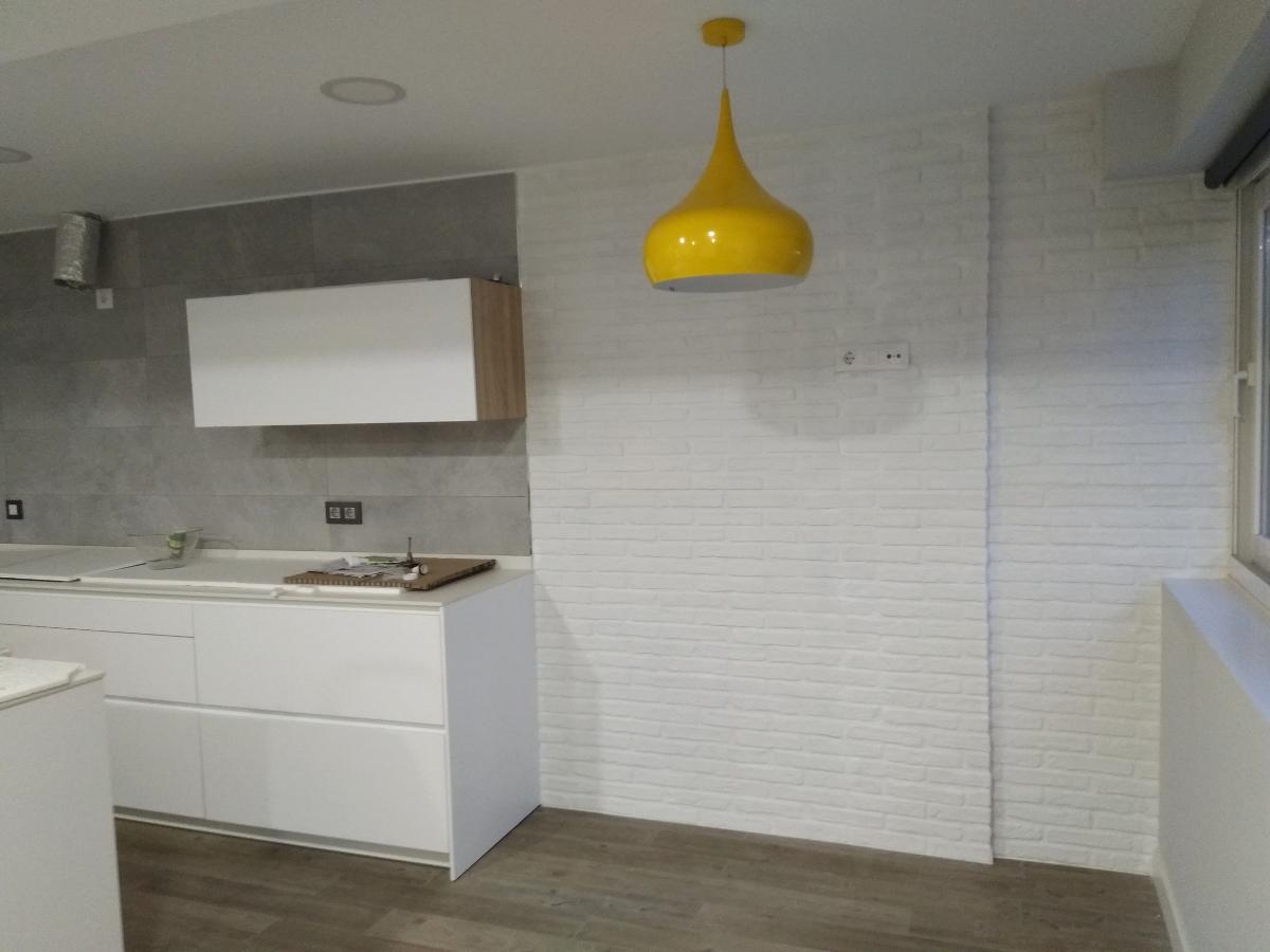 Panel imitación Ladrillo Rústico Blanco en una cocina moderna