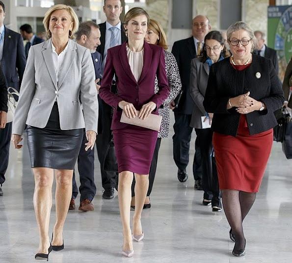 Queen Letizia wore Hugo Boss Jamayla Blazer and Valessima Skirt, Prada Pumps, Coolook hera earrings
